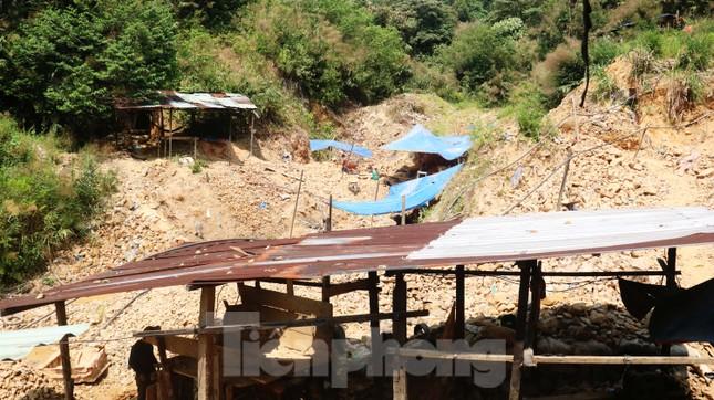 'Đột kích' công trường khai thác vàng trái phép giữa rừng Phước Sơn ảnh 1