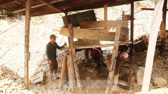 'Đột kích' công trường khai thác vàng trái phép giữa rừng Phước Sơn ảnh 6