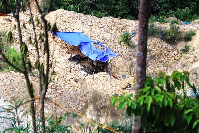 'Đột kích' công trường khai thác vàng trái phép giữa rừng Phước Sơn ảnh 7