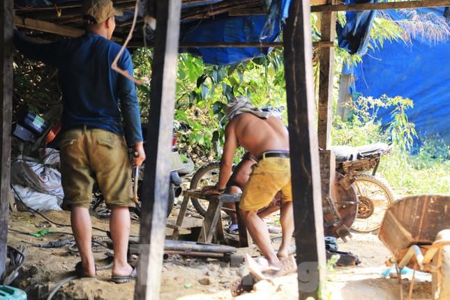 'Đột kích' công trường khai thác vàng trái phép giữa rừng Phước Sơn ảnh 8