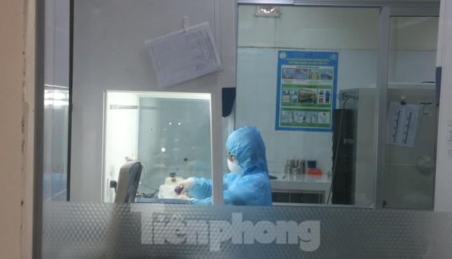Vào khu xét nghiệm xem chuyên gia xuyên ngày đêm tìm virus Covid-19 ảnh 10