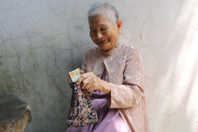 Mẹ Việt Nam anh hùng 91 tuổi ủng hộ bác sĩ tuyến đầu chống dịch ảnh 1