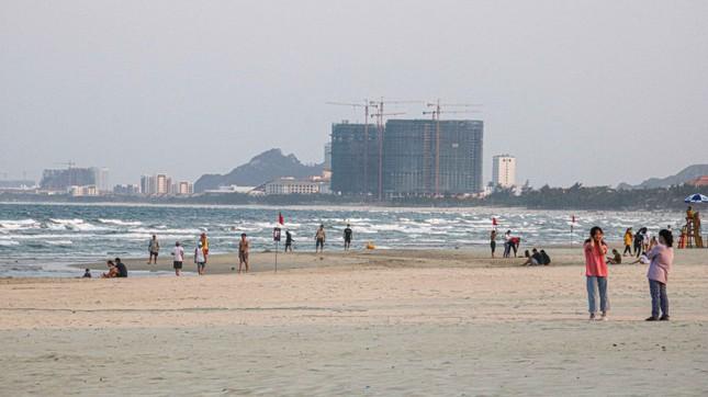 Người dân Đà Nẵng vẫn kéo ra biển sau lệnh cấm tắm và tụ tập đông người ảnh 7