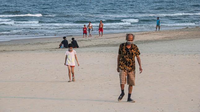 Người dân Đà Nẵng vẫn kéo ra biển sau lệnh cấm tắm và tụ tập đông người ảnh 8