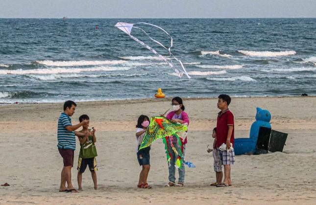 Người dân Đà Nẵng vẫn kéo ra biển sau lệnh cấm tắm và tụ tập đông người ảnh 9