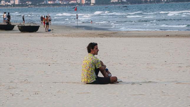 Người dân Đà Nẵng vẫn kéo ra biển sau lệnh cấm tắm và tụ tập đông người ảnh 10