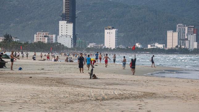 Người dân Đà Nẵng vẫn kéo ra biển sau lệnh cấm tắm và tụ tập đông người ảnh 13