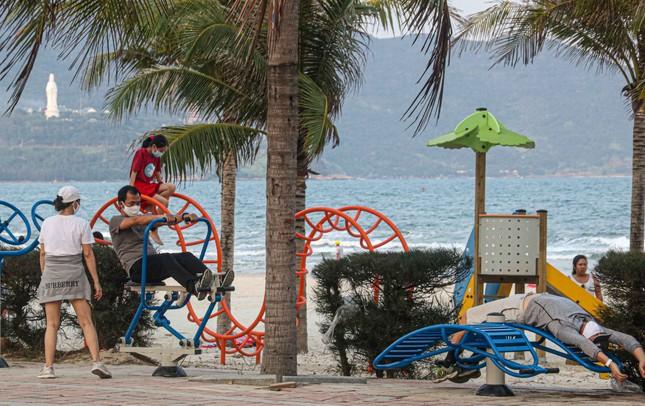 Người dân Đà Nẵng vẫn kéo ra biển sau lệnh cấm tắm và tụ tập đông người ảnh 12