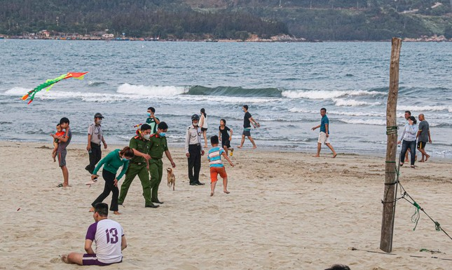 Người dân Đà Nẵng vẫn kéo ra biển sau lệnh cấm tắm và tụ tập đông người ảnh 14