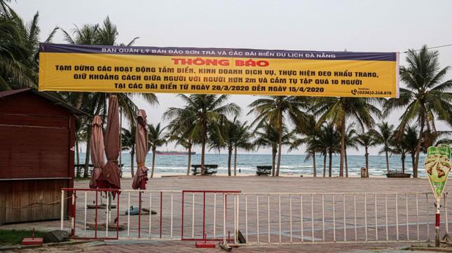Người dân Đà Nẵng vẫn kéo ra biển sau lệnh cấm tắm và tụ tập đông người ảnh 1