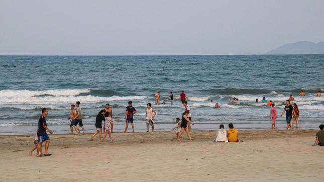 Người dân Đà Nẵng vẫn kéo ra biển sau lệnh cấm tắm và tụ tập đông người ảnh 15