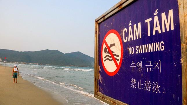Người dân Đà Nẵng vẫn kéo ra biển sau lệnh cấm tắm và tụ tập đông người ảnh 2
