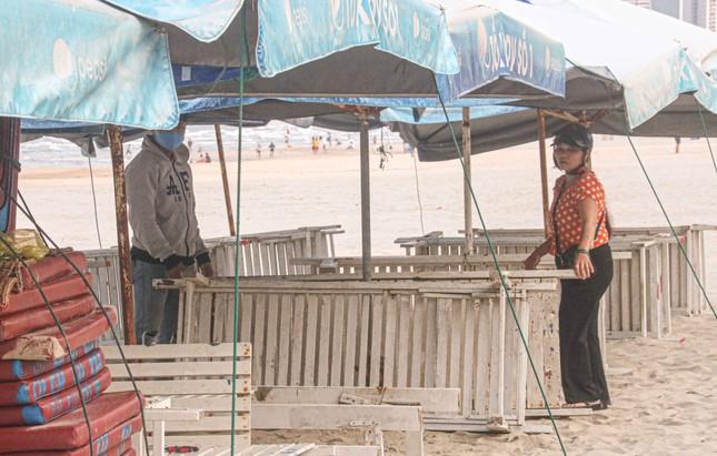 Người dân Đà Nẵng vẫn kéo ra biển sau lệnh cấm tắm và tụ tập đông người ảnh 5