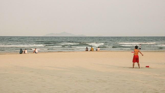 Người dân Đà Nẵng vẫn kéo ra biển sau lệnh cấm tắm và tụ tập đông người ảnh 6