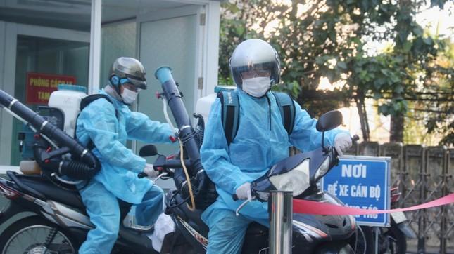Khử khuẩn nhà riêng, khu phố nơi bệnh nhân mới nhất mắc COVID -19 sinh sống ảnh 1