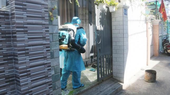 Khử khuẩn nhà riêng, khu phố nơi bệnh nhân mới nhất mắc COVID -19 sinh sống ảnh 6