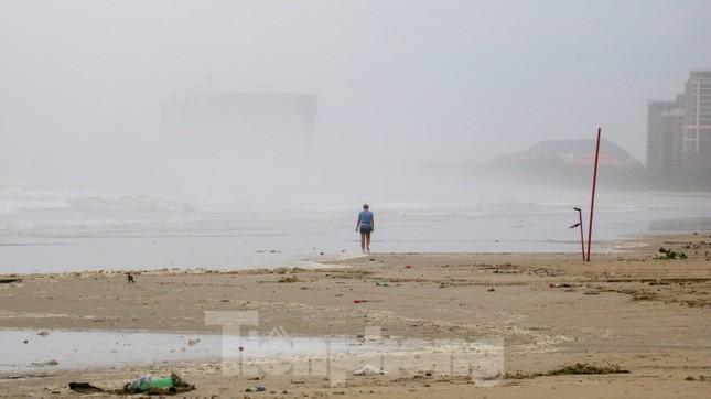 Mặc sóng lớn sau bão, người dân vẫn ra biển câu cá, chụp hình ảnh 10