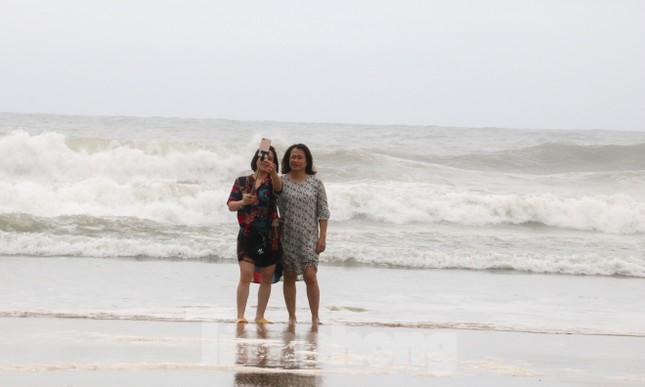 Mặc sóng lớn sau bão, người dân vẫn ra biển câu cá, chụp hình ảnh 7