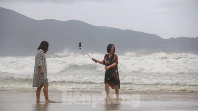Mặc sóng lớn sau bão, người dân vẫn ra biển câu cá, chụp hình ảnh 3