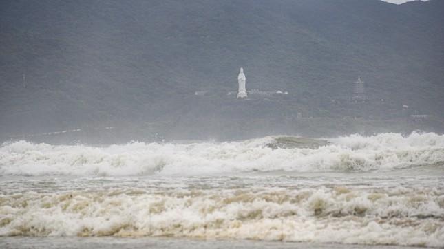 Mặc sóng lớn sau bão, người dân vẫn ra biển câu cá, chụp hình ảnh 12