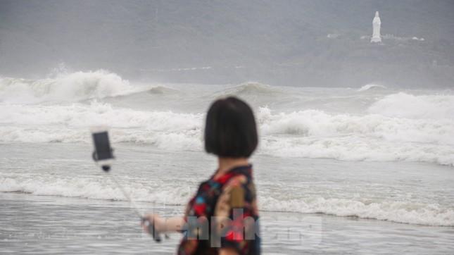 Mặc sóng lớn sau bão, người dân vẫn ra biển câu cá, chụp hình ảnh 2
