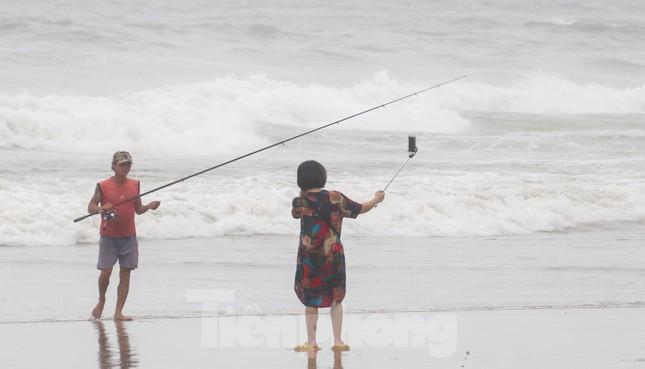 Mặc sóng lớn sau bão, người dân vẫn ra biển câu cá, chụp hình ảnh 9