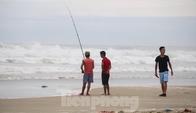 Mặc sóng lớn sau bão, người dân vẫn ra biển câu cá, chụp hình ảnh 5