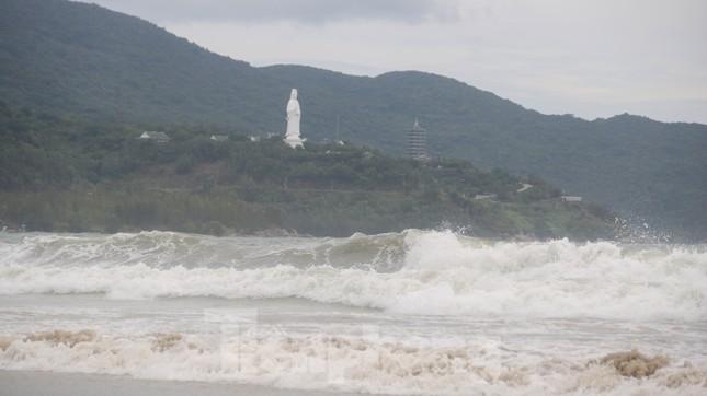Mặc sóng lớn sau bão, người dân vẫn ra biển câu cá, chụp hình ảnh 1