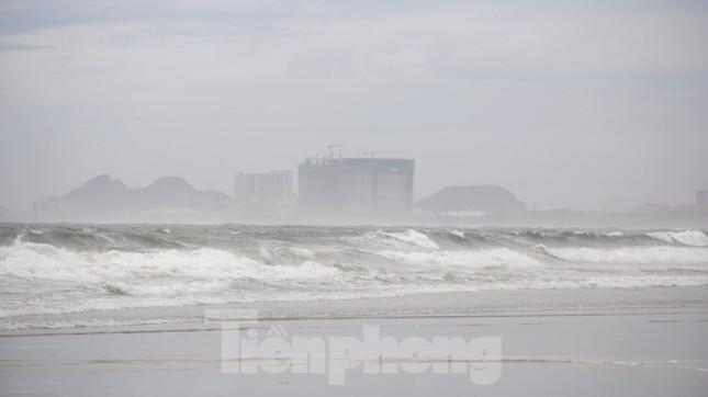 Mặc sóng lớn sau bão, người dân vẫn ra biển câu cá, chụp hình ảnh 11