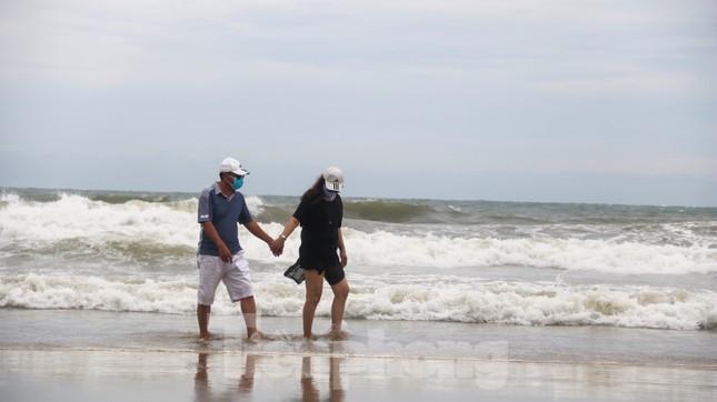 Mặc sóng lớn sau bão, người dân vẫn ra biển câu cá, chụp hình ảnh 4