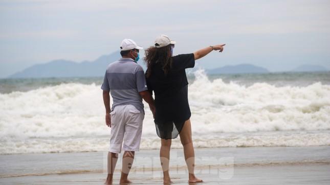 Mặc sóng lớn sau bão, người dân vẫn ra biển câu cá, chụp hình ảnh 13