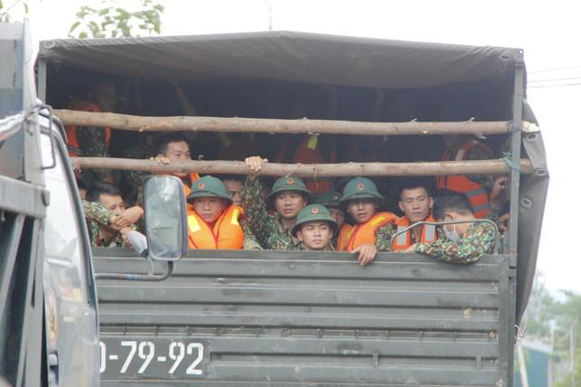 Người dân mang gà, vịt, rau quả 'tiếp sức' lực lượng cứu hộ ở Rào Trăng 3 ảnh 9
