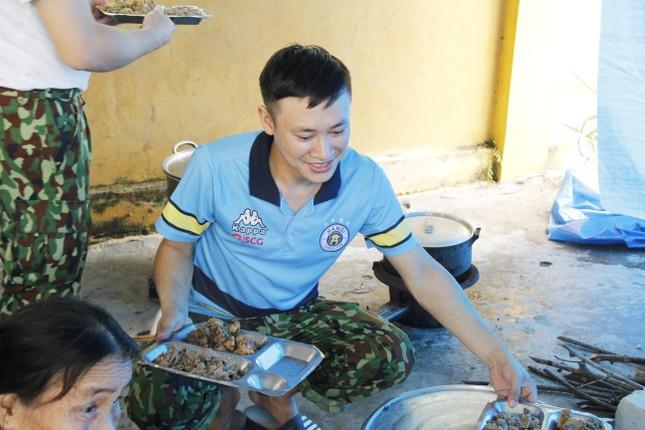 Người dân mang gà, vịt, rau quả 'tiếp sức' lực lượng cứu hộ ở Rào Trăng 3 ảnh 6