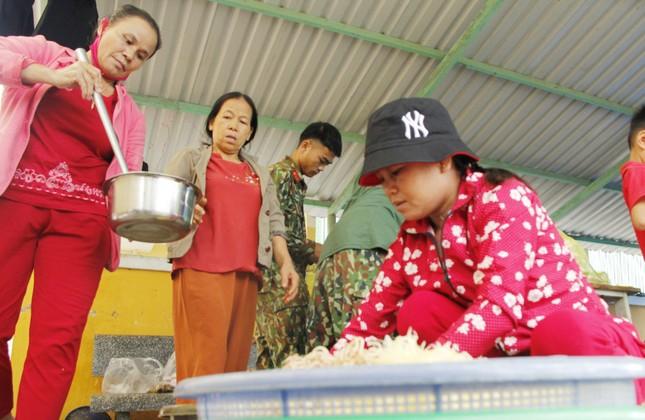 Người dân mang gà, vịt, rau quả 'tiếp sức' lực lượng cứu hộ ở Rào Trăng 3 ảnh 4