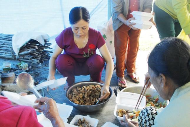 Người dân mang gà, vịt, rau quả 'tiếp sức' lực lượng cứu hộ ở Rào Trăng 3 ảnh 5
