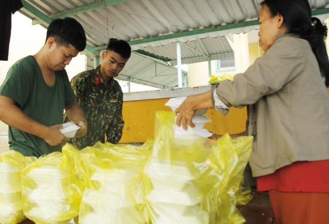 Người dân mang gà, vịt, rau quả 'tiếp sức' lực lượng cứu hộ ở Rào Trăng 3 ảnh 3