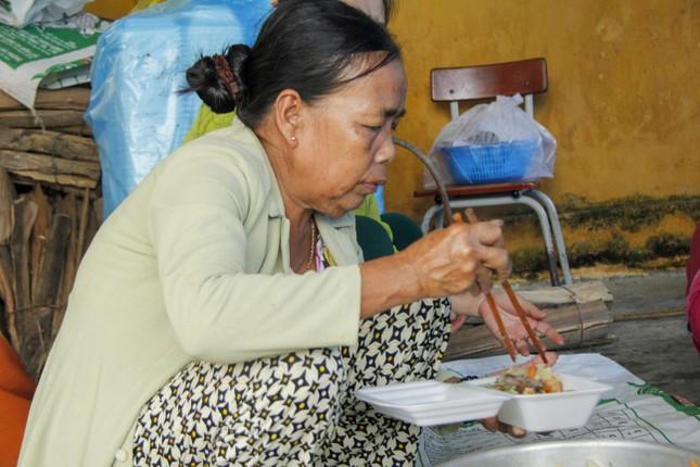 Người dân mang gà, vịt, rau quả 'tiếp sức' lực lượng cứu hộ ở Rào Trăng 3 ảnh 7