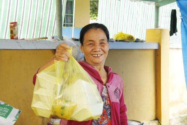 Người dân mang gà, vịt, rau quả 'tiếp sức' lực lượng cứu hộ ở Rào Trăng 3 ảnh 2