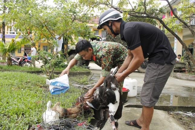 Người dân mang gà, vịt, rau quả 'tiếp sức' lực lượng cứu hộ ở Rào Trăng 3 ảnh 1