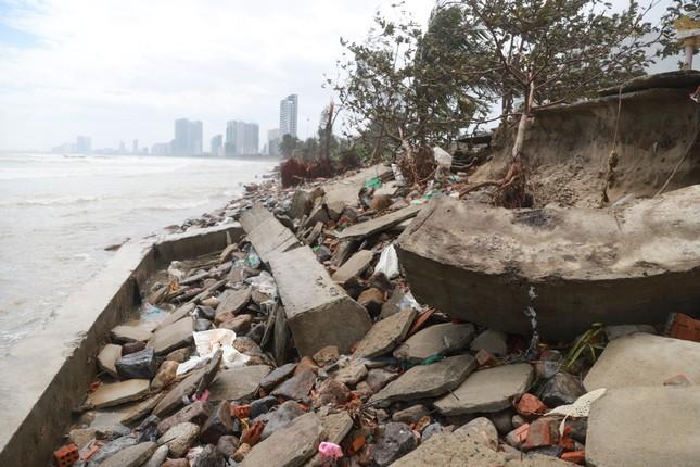 Bờ sông, bãi biển Đà Nẵng tan hoang sau bão số 9 ảnh 3