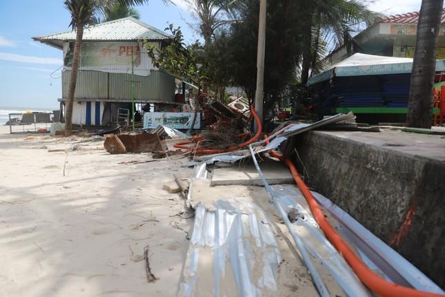 Bờ sông, bãi biển Đà Nẵng tan hoang sau bão số 9 ảnh 10