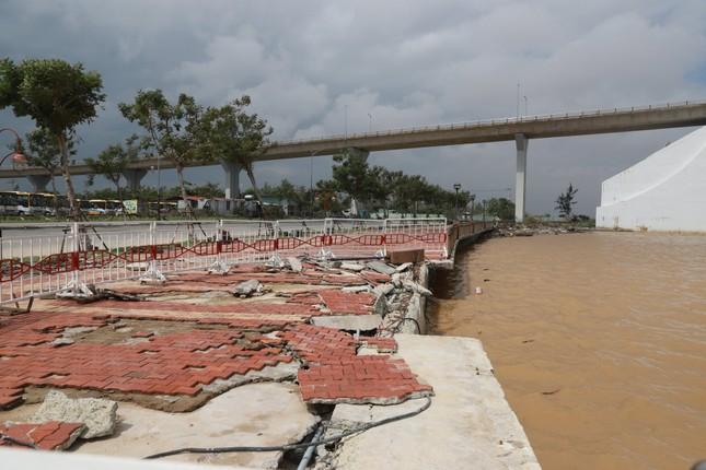 Bờ sông, bãi biển Đà Nẵng tan hoang sau bão số 9 ảnh 2