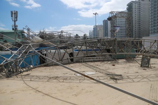 Bờ sông, bãi biển Đà Nẵng tan hoang sau bão số 9 ảnh 8