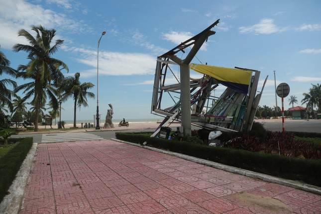 Bờ sông, bãi biển Đà Nẵng tan hoang sau bão số 9 ảnh 9