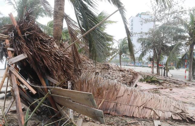 Bờ sông, bãi biển Đà Nẵng tan hoang sau bão số 9 ảnh 7