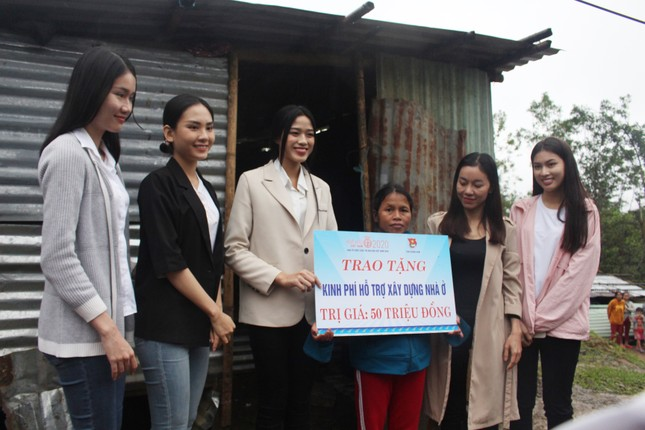 BTC cuộc thi Hoa hậu Việt Nam cùng các người đẹp đến với đồng bào Nam Trà My ảnh 12