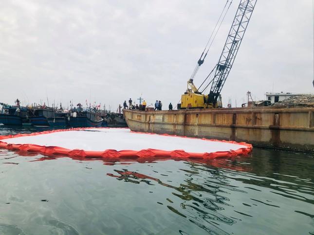 Khẩn trương xử lý sự cố tràn dầu trên âu thuyền, cảng cá Thọ Quang ảnh 2