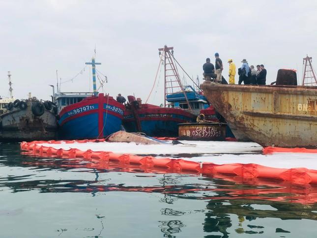 Khẩn trương xử lý sự cố tràn dầu trên âu thuyền, cảng cá Thọ Quang ảnh 3
