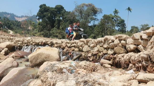 4 người còn mất tích, vùng núi lở Phước Sơn vẫn chồng chất khó khăn ảnh 16