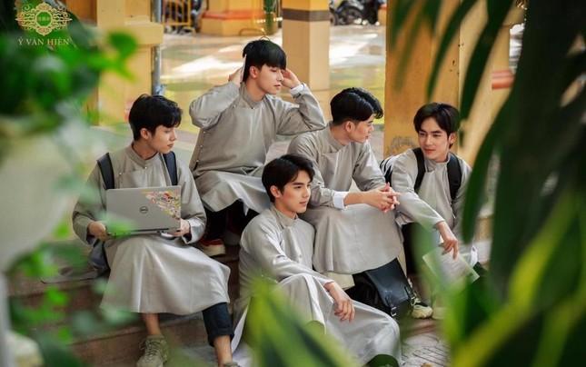 """Trào lưu mặc cổ phục Việt ngày càng được Gen Z """"thả tim"""", có thêm nhiều thiết kế ấn tượng ảnh 4"""